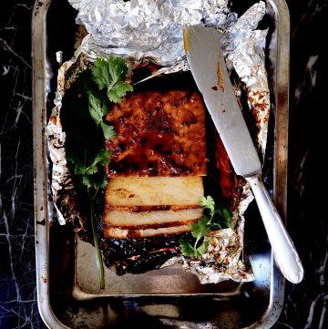 gemarineerde tofu vanaf boven gezien in aluminium folie met koriander