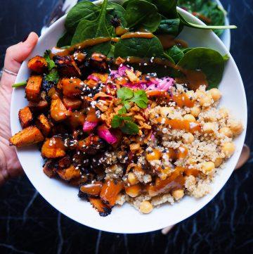 de miso zoete aardappel en quinoa bowl gezien van dichtbij