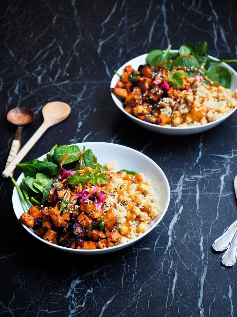 twee miso zoete aardappel en quinoa bowls van voren gezien